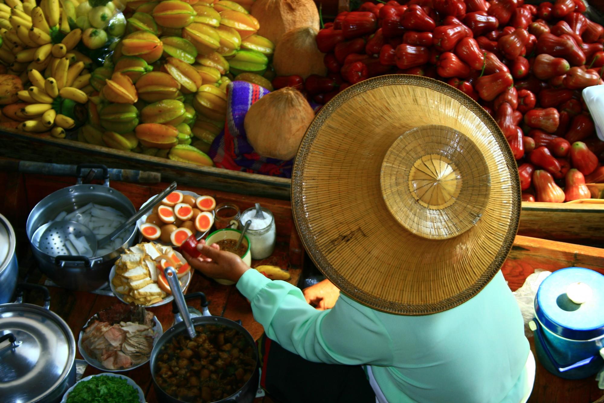 Plovoucí trhy plné exotického ovoce