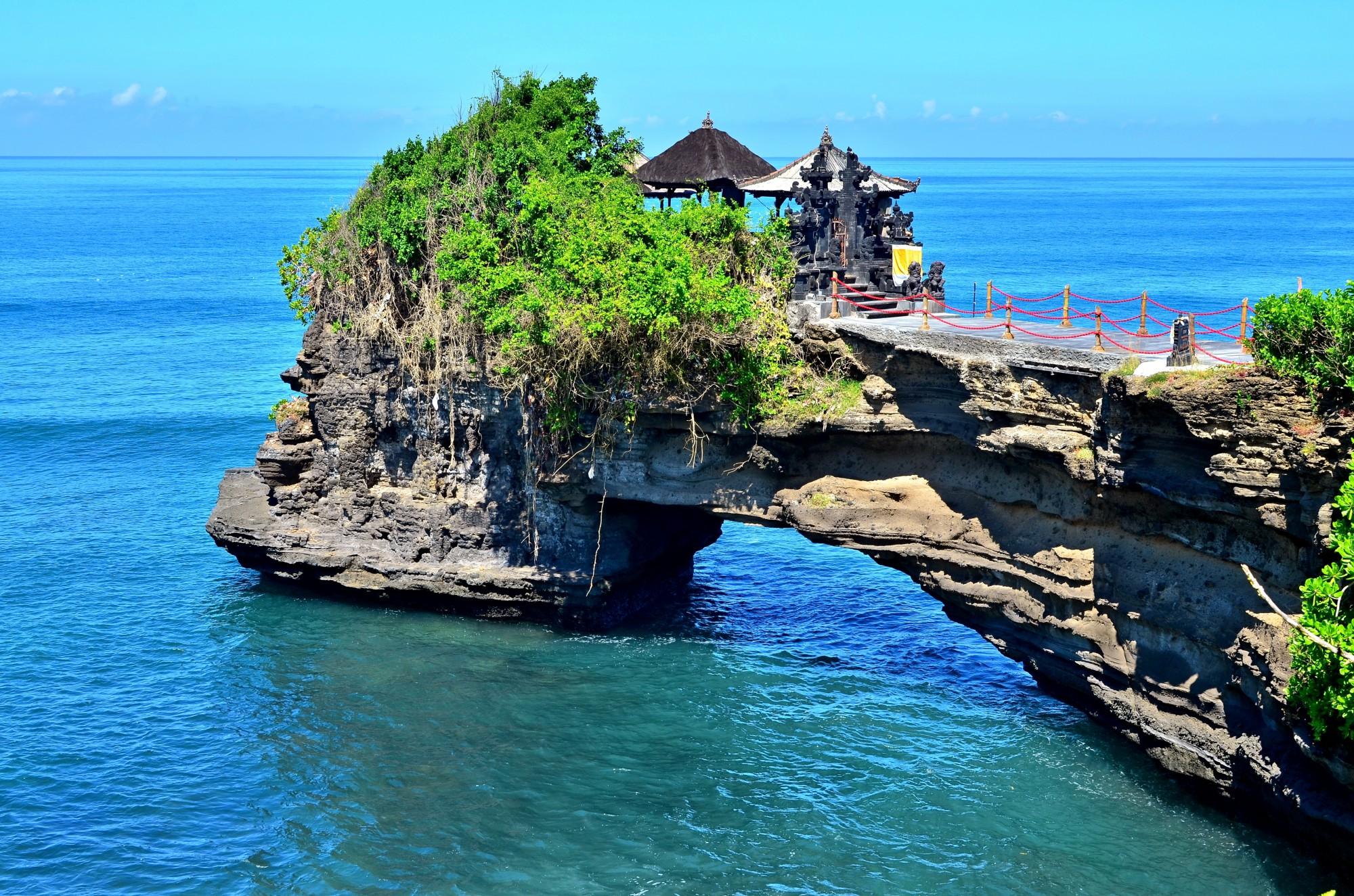 Pura Batu Bolong je jeden z chrámu v oblasti Tanah Lot vybudovaný na skále v moři