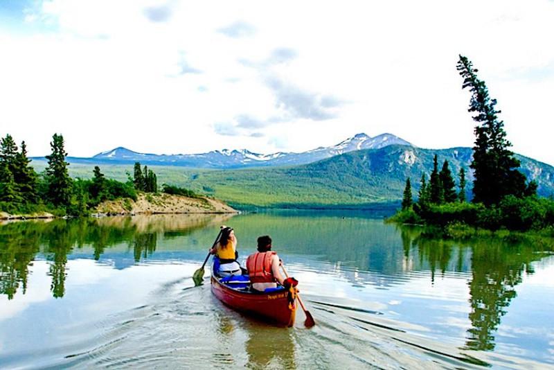 Plavba v kánoi po řece Yukon s koupelí v horkých pramenech Takhini - Whitehorse