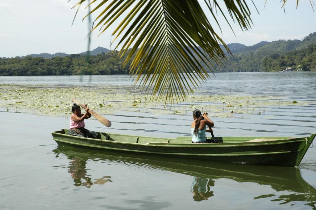 Plavba po řece na tradičních loďkách