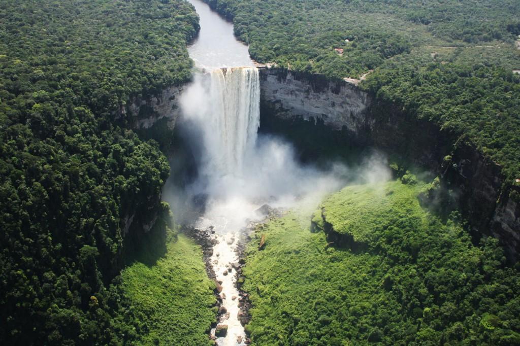Let pronajatým letadélkem ke skrytým drahokamům guyanské přírody -vodopádům Kaieteur Falls