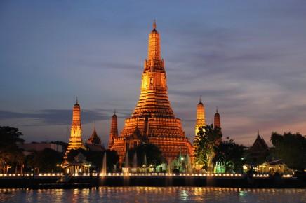 Pohled z řeky na večerní Bangkok a chrám Wat Arun