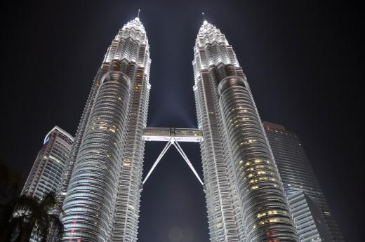 Noční pohled na 452 m vysoké Petronas