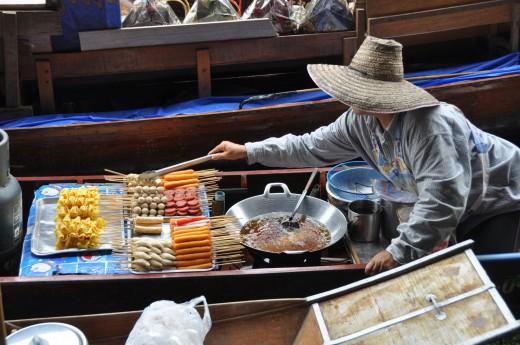 Přímo z lodi si objednáte čerstvé thajské dobroty